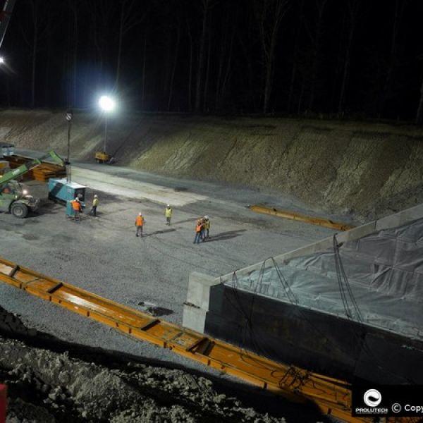 Eclairage puissant airstar fournit par Prolutech sur un chantier pour la SNCF et Forezienne