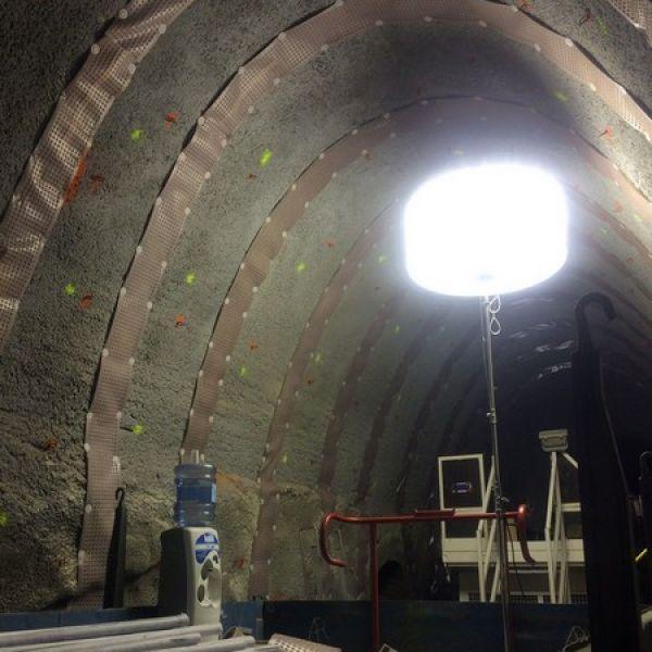 Eclairage travaux souterrains avec le ballon éclairant Airstar Flex 1000w HTI, distribué en France par Prolutech