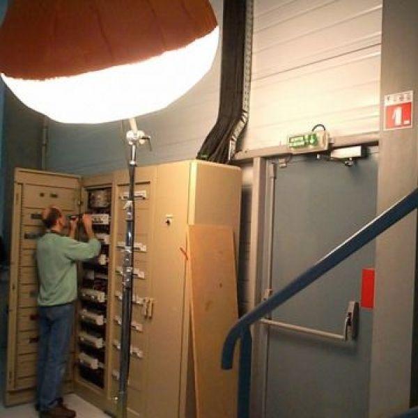 éclairage artisan électricien pour maintenance et intervention dans un local technique par ballon Airatr et prolutech