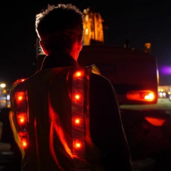 Gilet de sécurité led conçu par Prolutech pour une sécurité optimale sur les chantiers de nuit