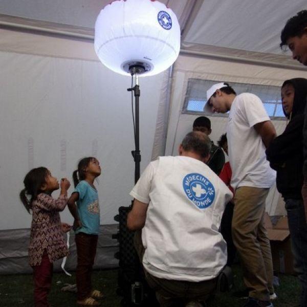 Eclairage hôpital de campagne Medecins de Monde avec le ballon éclairant LED Sirocco 2S TBT 48v Secours Airstar proposé par Prolutech
